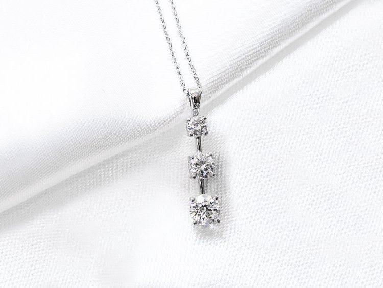 How To Choose A Diamond Pendant | Diamond Buzz